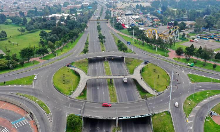 Bogotá, em 20 de março de 2020. Vista aérea de estradas vazias em  - As autoridades colombianas anunciaram uma simulação obrigatória de isolamento para o fim de semana prolongado, de 21 a 23 de março, como medida preventiva contra a propagação do novo coronavírus, COVID-19. (Foto de Raul ARBOLEDA / AFP)