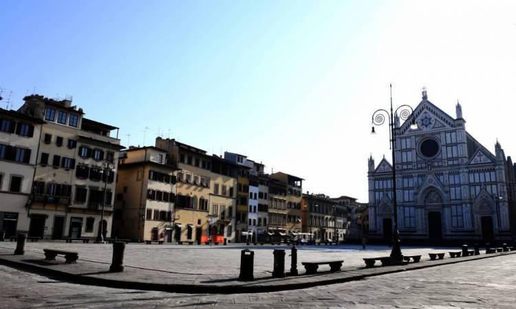 Florença, em 21 de março de 2020, Uma visão geral mostra uma Piazza Santa Croce vazia, como parte das medidas tomadas pelo governo italiano para combater a propagação do COVID-19, o novo coronavírus. (Foto de Carlo BRESSAN / AFP)