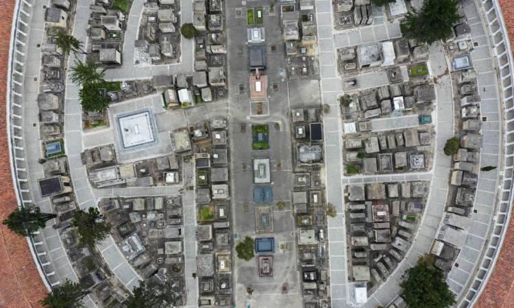 Bogotá, em 23 de março de 2020. Vista aérea do cemitério Central vazio. O presidente colombiano Ivan Duque anunciou o isolamento preventivo obrigatório de 24 de março a 13 de abril como medida contra a disseminação do novo coronavírus. (Foto de Raul ARBOLEDA / AFP)
