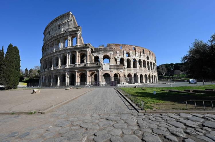 Roma, em 20 de março de 2020, Uma visão geral mostra uma área deserta do monumento ao Coliseu, durante o bloqueio do país, com o objetivo de impedir a propagação da pandemia de COVID-19 (novo coronavírus). (Foto de Alberto PIZZOLI / AFP)