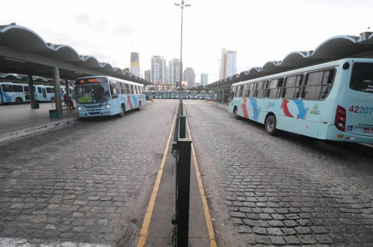 Fortaleza-Ce, Brasil, 24-03-2020: Terminal do  Papicu apresenta movimento reduzido em horário de pico em virtude do isolamento em decorrência do COVID-19. (Foto: Júlio Caesar)