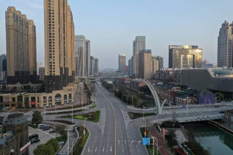 Foto aérea das ruas de Wuhan, China, durante a quarentena pelo coronavírus, em fevereiro (Foto: STR / AFP)