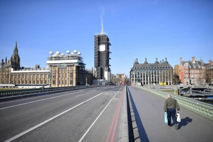 Londres em 24 de março de 2020, Uma foto mostra as Casas do Parlamento (L) no final de uma ponte vazia de Westminster (Foto: JUSTIN TALLIS / AFP)