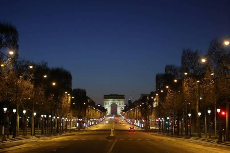 Paris em 24 de março de 2020, Uma foto mostra a Avenida Champs-Elysees vazia e o Arco do Triunfo  no oitavo dia de um bloqueio destinado a conter a propagação do COVID-19 (novo coronavírus) na França. VA 04.04 (Foto: Ludovic MARIN / AFP)