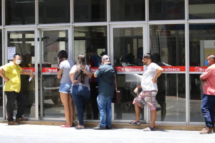 Fortaleza em 24 de março de 2020, movimentaçao em entrada de banco em tempos de quarentena devido ao coronavirus. (Foto Fábio Lima) (Foto: Fábio Lima)
