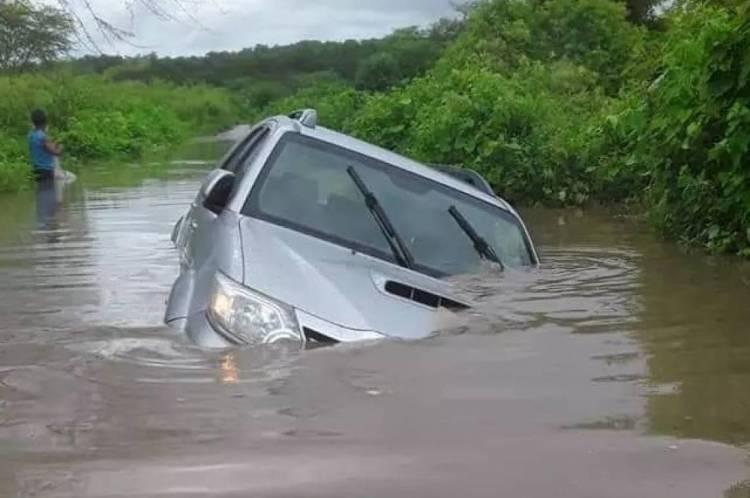 Veículo ficou parcialmente submerso