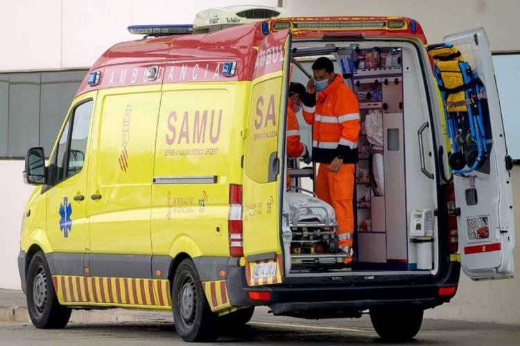 Ambulância fazendo transporte de paciente em Valência, na Espanha (Foto: Jose Jordan / AFP)