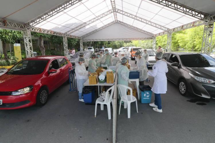 Idosos foram vacinados contra H1N1 sem precisar sair dos carros (Foto: Júlio Caesar / O Povo) (Foto: JULIO CAESAR)