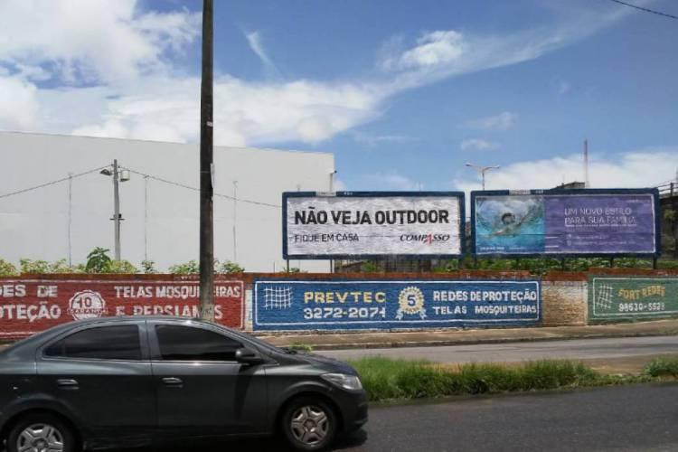 Marca de outdoors incentiva pessoas a ficarem em casa (Foto: Compasso/Divulgação)