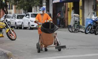 Maranguaoe, Ceará, Brasil 26-03-2020: Gari da cidade de Maranguape em meio a Pandemia do novo Corona Vírus (COVID - 19) - (Foto: Sandro Valentim/O POVO)..