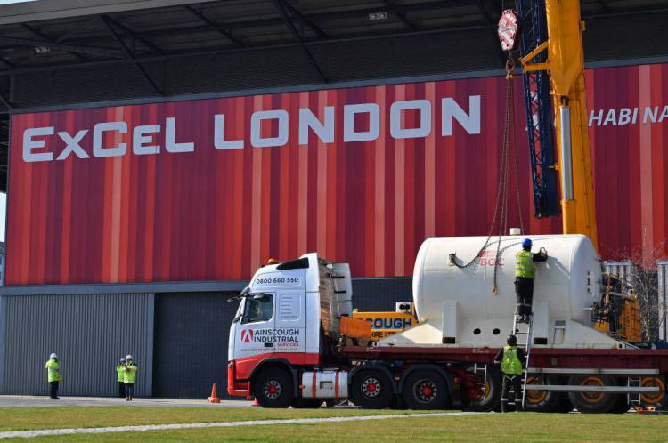 Um tanque de oxigênio é levado para o centro de exposição Excel, em Londres em 26 de março após o governo anunciar que vai transformar o espaço para atendimento a doentes