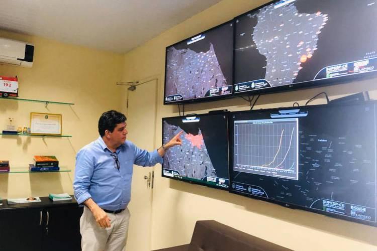 Dr. Cabeto, secretário da Saúde do Estado, em sala de monitoramento da pandemia (Foto: Divulgação/Sesa)