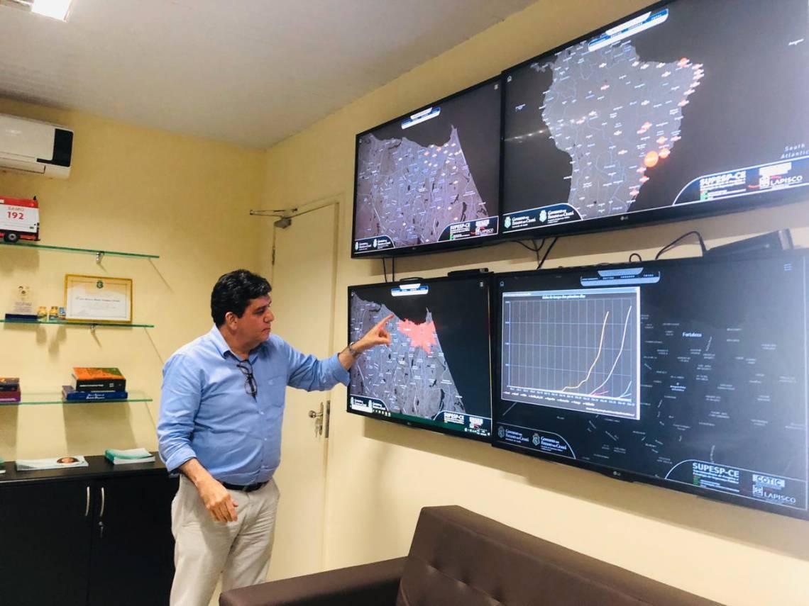 Dr. Cabeto, secretário da Saúde do Estado, em sala de monitoramento da pandemia