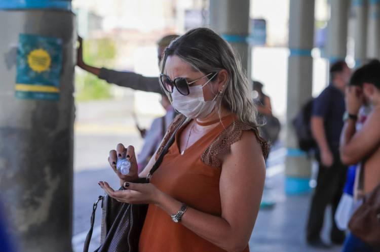 Fortaleza, Ceará Brasil 27.03.2020  Passageiros de ônibus coletivo no Terminal do Papicu com máscara de proteção contra o corona vírus (Fco Fontenele/O POVO)