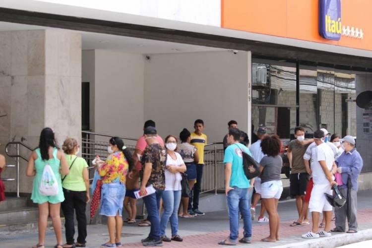 Fortaleza em 27 de março de 2020, Fila de pessoas em aglomeraçao em bancos no centro, em quarentena devido ao coronavirus, COVID-19. (Foto Fabio Lima) (Foto: Fabio Lima)