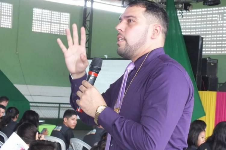 O delegado sofreu um acidente de carro em Mossoró, no Rio Grande do Norte, quando voltava pra o Ceará