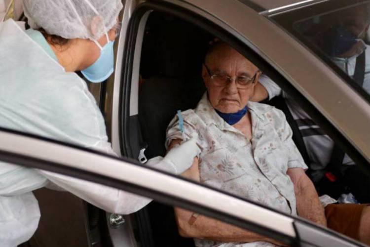 Drive Vacina permite que idosos sejam vacinados dentro do carro, sem correr risco de contágio pela Covid-19   (Foto: Divulgação/Prefeitura de Fortaleza)