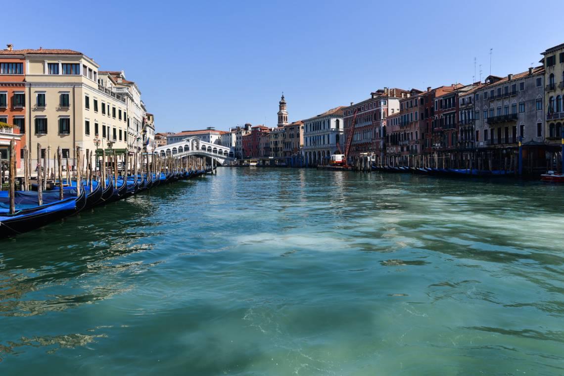 Sem a circulação de barcos, a água dos canais de Veneza ficou mais clara nos últimos dias