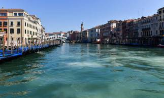 Sem a circulação de barcos nos canais, a água dos canais de Veneza ficou mais clara
