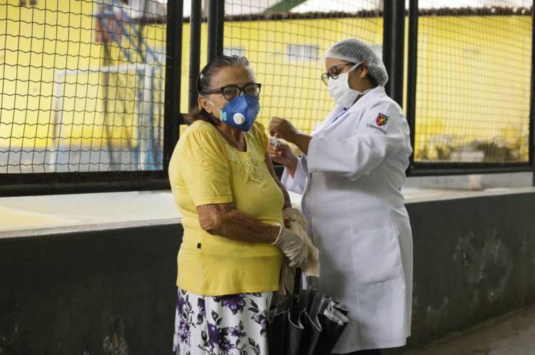 Novo lote de vacinação deve chegar na próxima semana à Capital (Foto: Thais Mesquita/O POVO)
