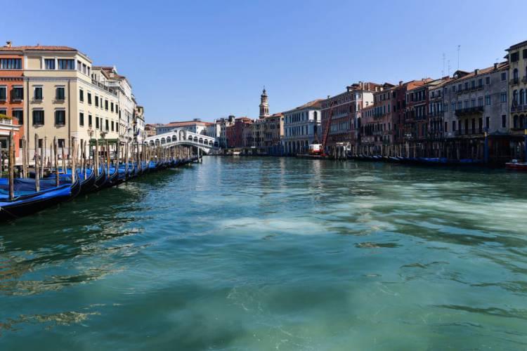 Sem a circulação de barcos, a água dos canais de Veneza chegou a ficar mais clara durante a pandemia  (Foto: andrea pattaro/ AFP)