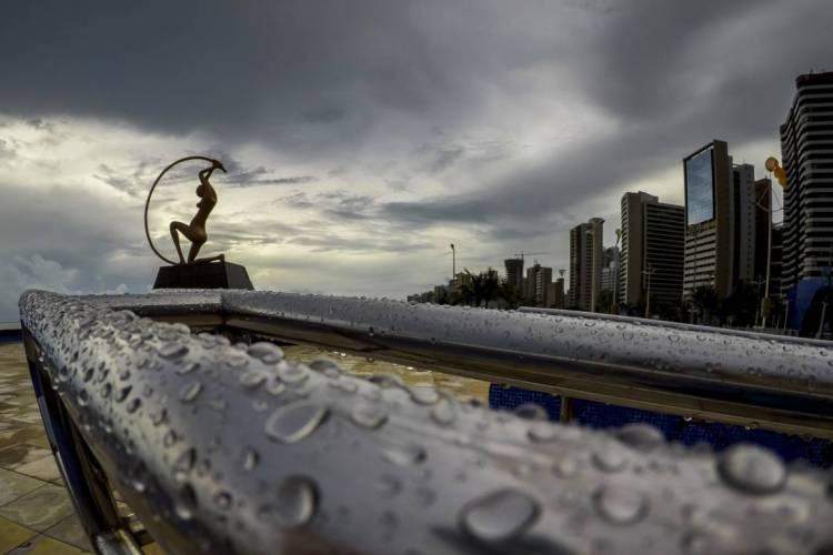 Estátua de Iracema em uma tarde chuvosa de 2020 (Foto: FCO FONTENELE)