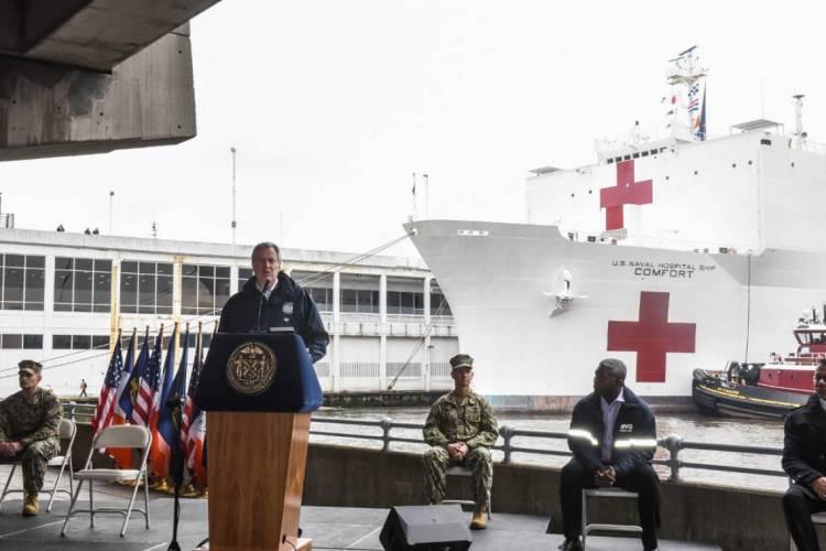 Governador de Nova York, Bill de Blasio, discursa em frente ao navio-hospital. Estados Unidos é o país que reúne mais casos de coronavírus no mundo (Foto: Stephanie Keith/Getty Images/AFP)