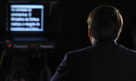 Bolsonaro lê discurso no teleprompter