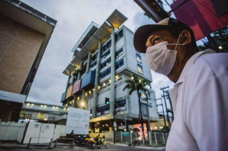 FORTALEZA, CE, BRASIL, 31-03-2020: Homem de mascara em frente ao IJF. IJF - Instituto Dr. José Frota, movimentacão em epoca de COVID-19. (Foto: Aurelio Alves/O POVO)