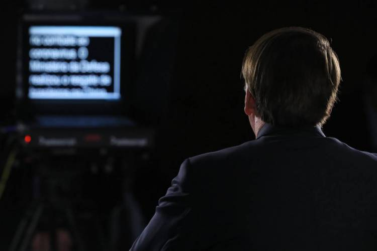Bolsonaro lê discurso no teleprompter (Foto: Isac Nóbrega / PR)