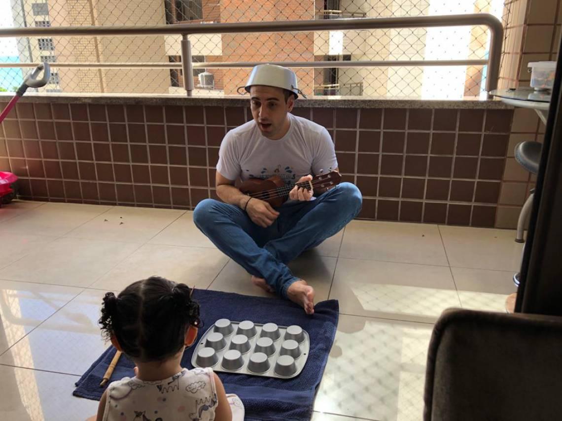 Uma das atividades extras propostas pela Escola Creche é de que a Cozinha pode ser percussão (Foto: Divulgação / Tia Léa)