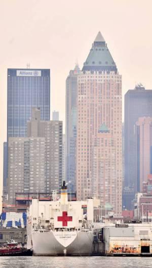 NOVA YORK, NY - 30 DE MARÇO: O navio-hospital da Marinha USNS Comfort viaja pelo rio Hudson enquanto segue para o píer 90, enquanto a pandemia de coronavírus continua a sobrecarregar a infraestrutura médica. (Foto Dimitrios Kambouris / AFP) (Foto: Dimitrios Kambouris / AFP)