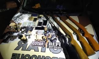 Armas, munições e drogas estão entre o material apreendido