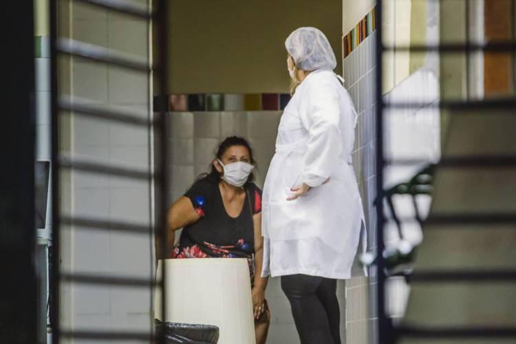 FORTALEZA, CE, BRASIL, 01-04-2020: Pessoas de mascara dentro do posto de saúde. Posto de Saúde Anastácio Magalhães (POSTO CINCO) em época de COVID-19. (Foto: Aurelio Alves/O POVO) (Foto: AURELIO ALVES)