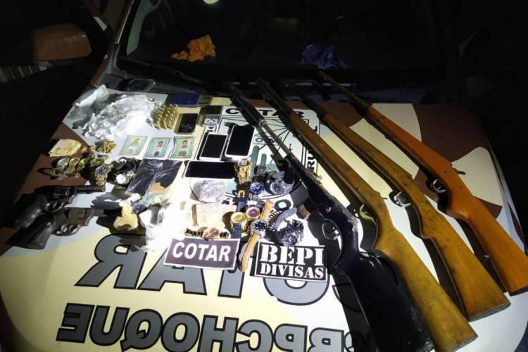 Armas, munições e drogas estão entre o material apreendido (Foto: WhatsApp O POVO)