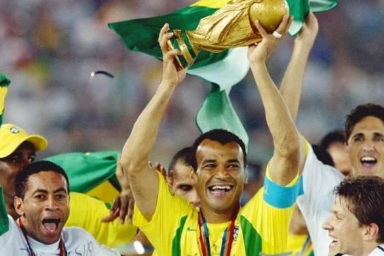 Cafu levantou a taça do pentacampeonato da Seleção em 2002  (Foto: Reprodução)