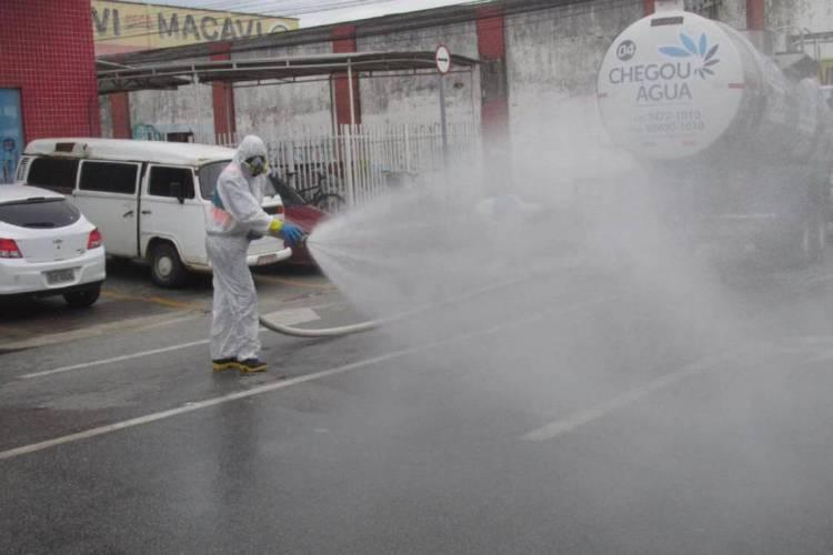 Solução de hipoclorito de sódio concentrado foi utilizada na higienização  (Foto: Divulgação/Prefeitura de Caucaia)