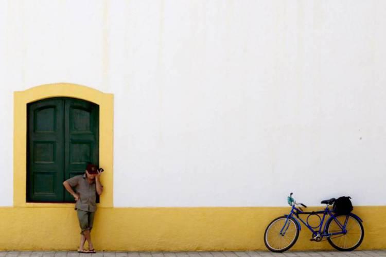 Morador no muro da Igreja Matriz de Aquiraz (Foto: Fábio Lima)