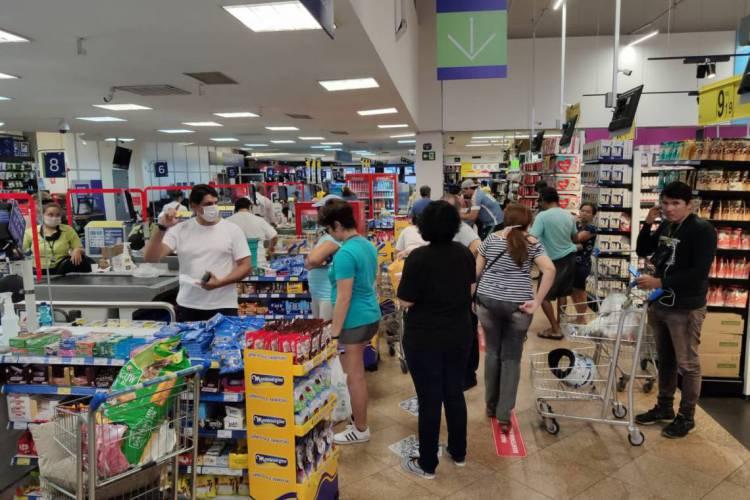 Filas no Carrefour de Fortaleza (Foto: PH Santos)