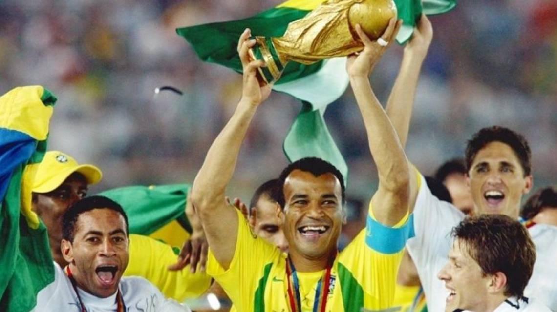 Cafu levantou a taça do pentacampeonato da Seleção em 2002