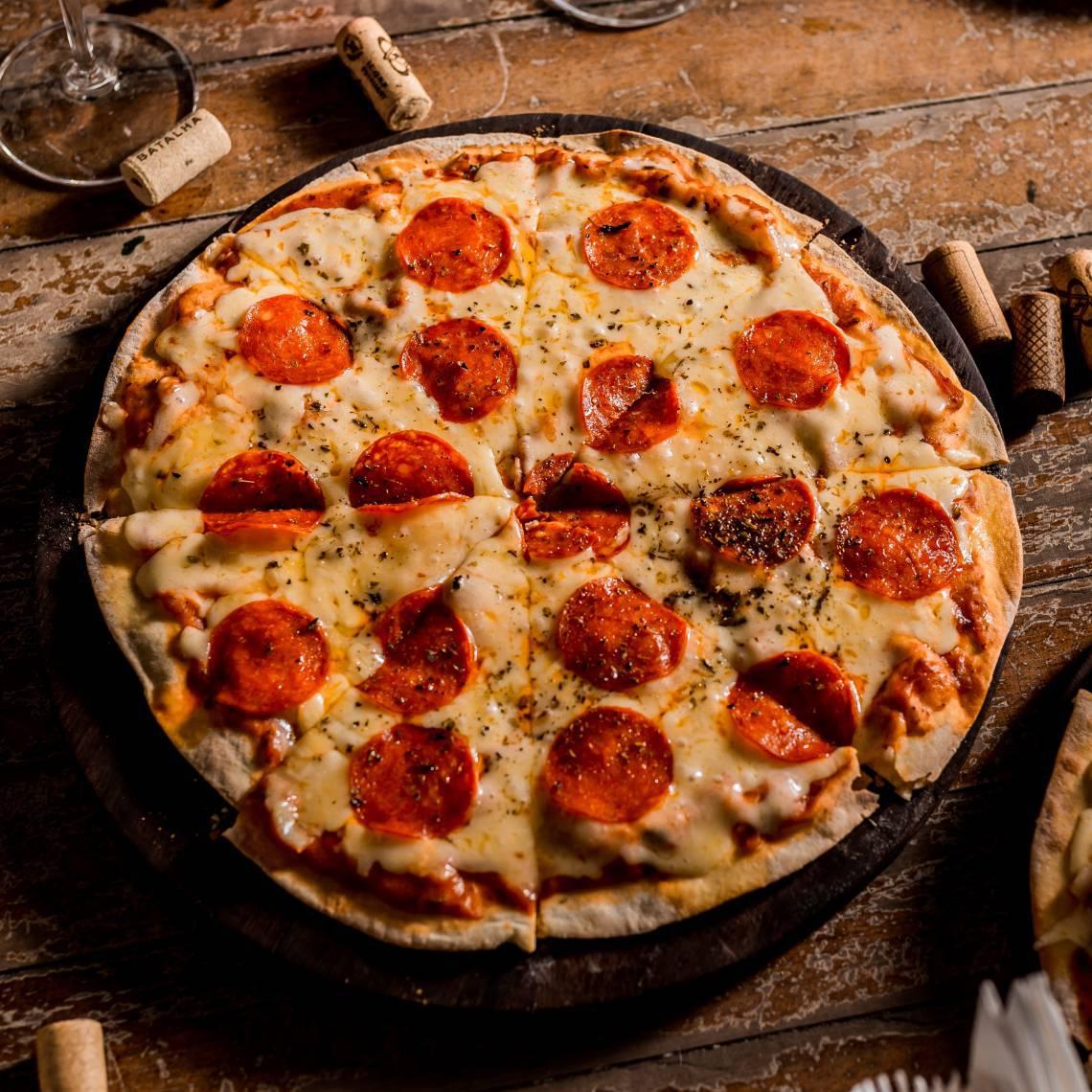 No iFood, estará disponível um combo promocional no qual o cliente escolhe uma pizza e um vinho por um valor fixo.