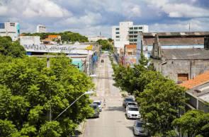 FORTALEZA-CE, BRASIL, 02-04-2020:Rua José Avelino com todas as suas lojas fechadas na manhã desta quinta feira em Fortaleza. Comércio continua acatando determinação de fechamento durante pandemia de Corona vírus.  (Foto: Júlio Caesar / O Povo)
