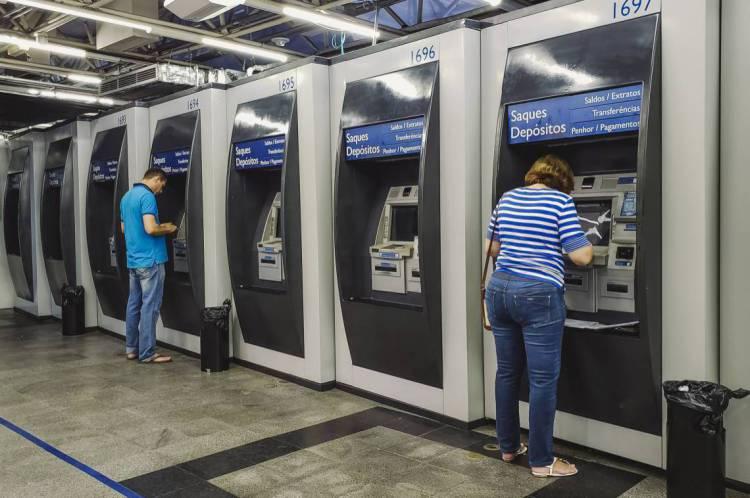 FORTALEZA, CE, BRASIL, 02-04-2020: Pessoas em caixas eletronicos na Caixa Econommica Federal em época de COVID-19. (Foto: Aurelio Alves/O POVO)