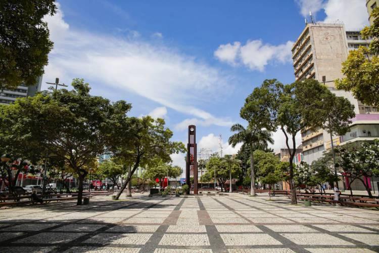 Movimentação na Praça do Ferreira e ruas adjacentes em tempos de isolamento social (Foto: JULIO CAESAR)
