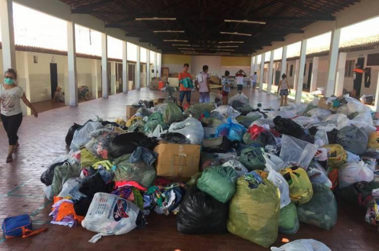 Dentre os materiais repassados estão 2,537 toneladas de alimentos, 6.968 peças de roupa e 218 itens de higiene e limpeza