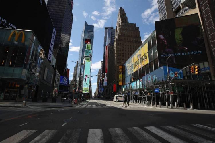 Uma visão geral de uma sétima avenida vazia na Times Square no início da tarde em 2 de abril de 2020, em New York City (Foto: Bruce Bennett/AFP)