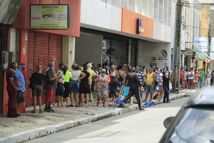 Filas em bancos em meio à pandemia do novo coronavírus CAPA 07.04 (Foto: Sandro Valentim)