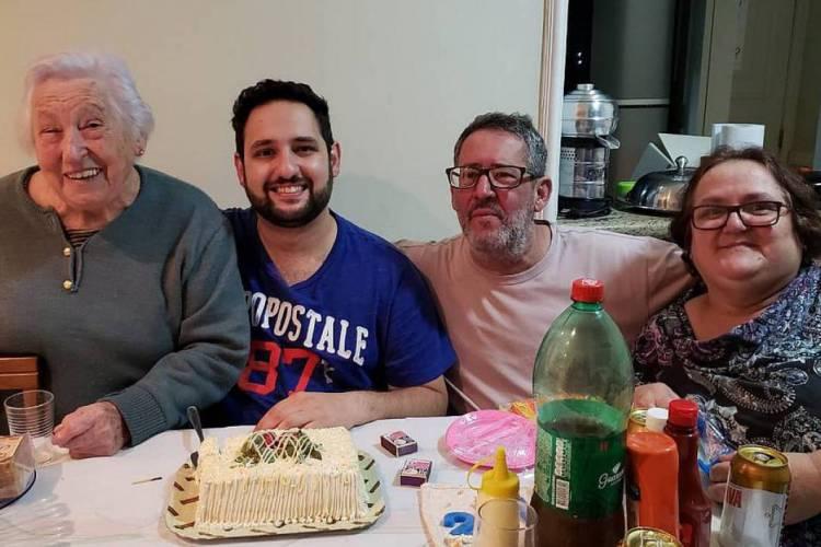 Douglas (de azul) perdeu a mãe e a avó para vítimas do coronavírus (Foto: Arquivo pessoal)