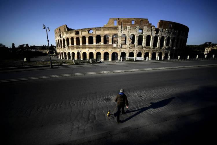 Coliseu, em Roma, praticamente vazio; duras medidas de isolamento social foram adotados tardiamente na Itália (Foto: Filippo MONTEFORTE / AFP)