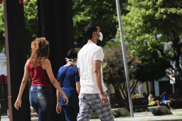 Pedestres com máscaras no Centro de Fortaleza em meio à pandemia do novo coronavírus  (Foto: Sandro Valentim)